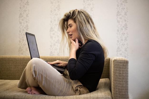 ノートパソコンを見ている女性 無料写真