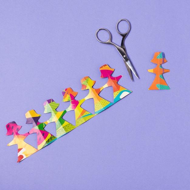 Femmina fatta da carta colorata tagliata con le forbici Foto Gratuite
