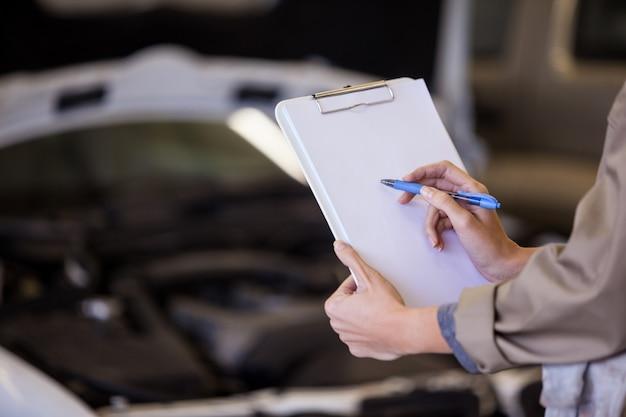 Female mechanic preparing a check list Free Photo