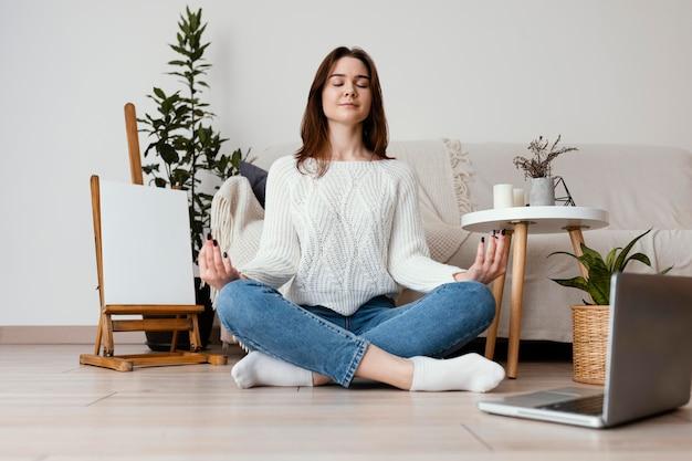 Женский медитирующий портрет в помещении Бесплатные Фотографии