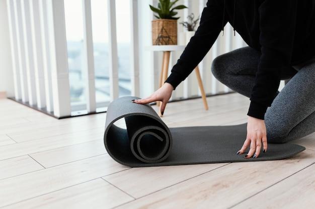Женщина медитирует в помещении Бесплатные Фотографии
