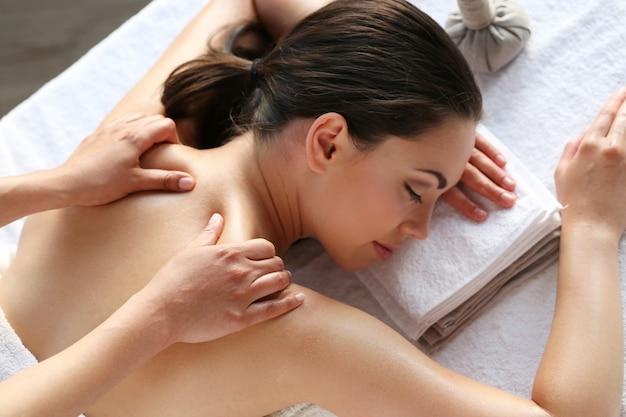 Женская модель, имеющая массаж в спа-салоне Бесплатные Фотографии