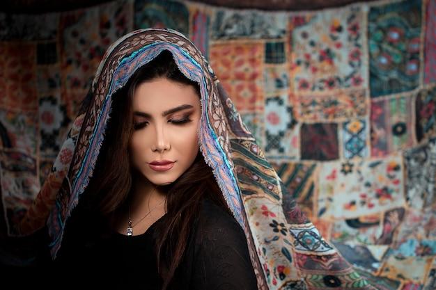 Женская модель в этническом стиле разработана хиджаб Бесплатные Фотографии