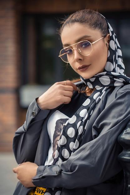 ヒジャーブ衣装の女性モデル 無料写真