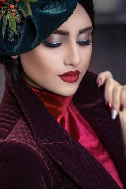 赤とボルドーの色の衣装の女性モデル 無料写真