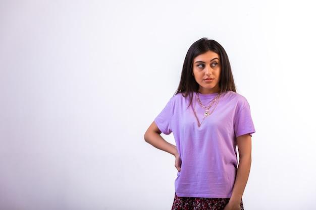 Женская модель с ее руками на талии, глядя в сторону с гневом. Бесплатные Фотографии