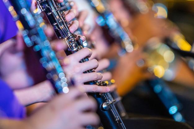 Женские музыканты играют на кларнете Premium Фотографии