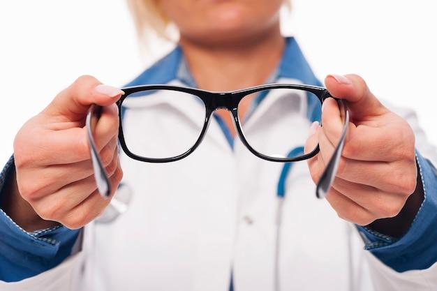 Женский оптометрист дает новые очки Бесплатные Фотографии