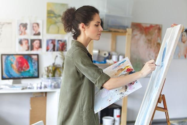 Художник в своей художественной студии Бесплатные Фотографии