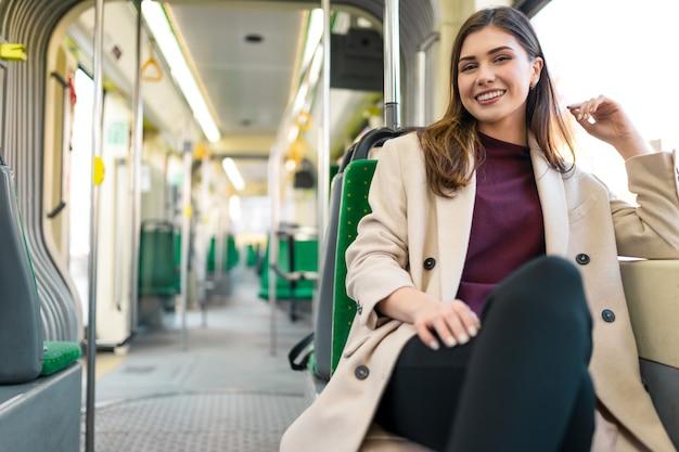 대 중 교통에 앉아 여성 승객 프리미엄 사진