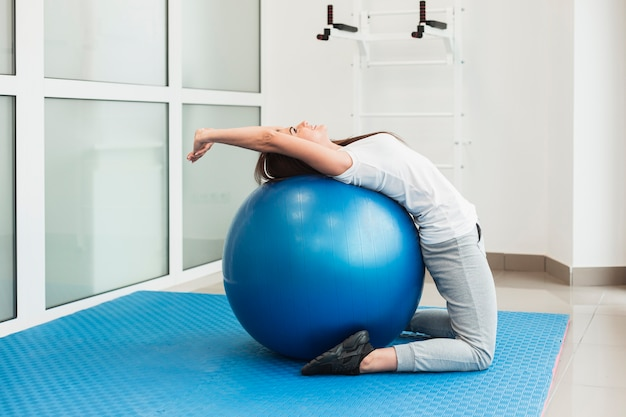 Female patient using exercise ball Free Photo