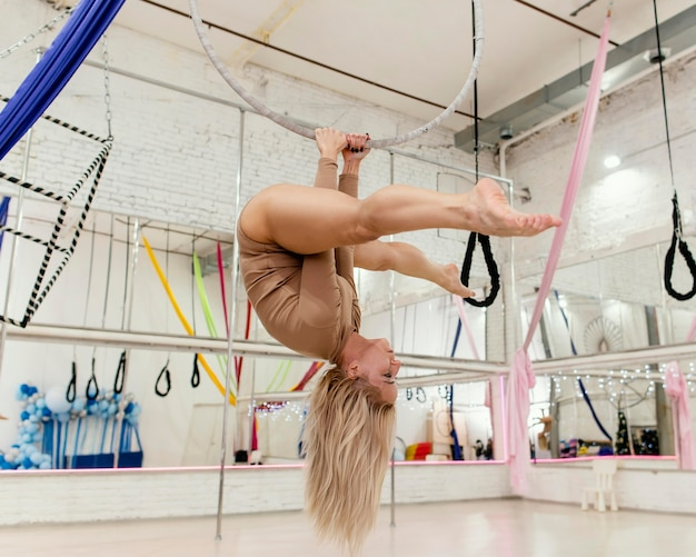 空中ブランコで演奏する女性 無料写真