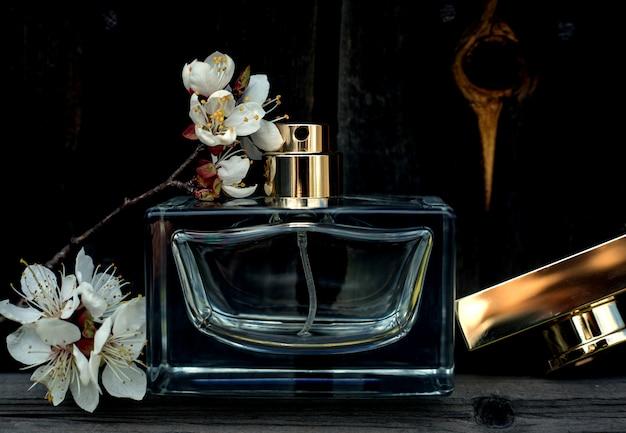 木の上に花を持つ女性の香水 Premium写真
