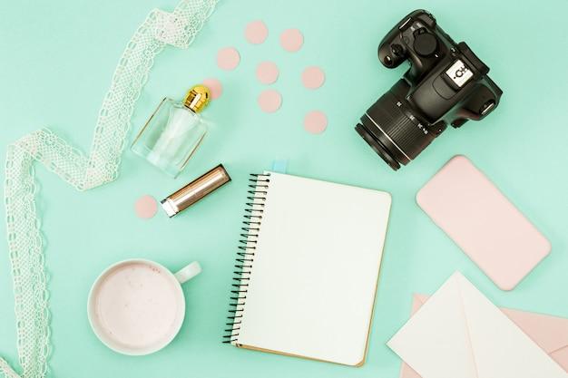 Gli oggetti personali femminili sul desktop Foto Gratuite