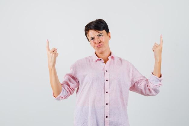 여성 분홍색 셔츠를 가리키고 희망, 전면보기를 찾고 있습니다. 무료 사진