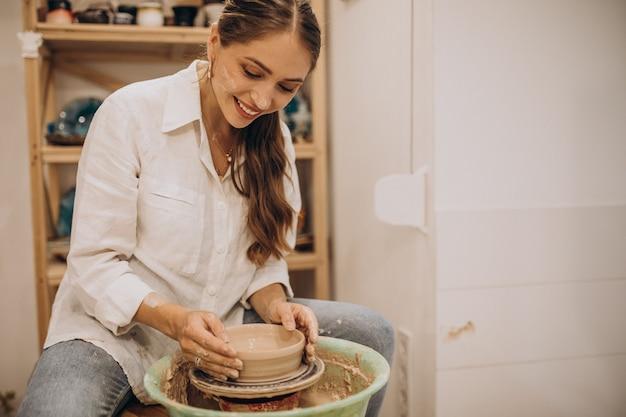 Potter femmina a una lezione di ceramica Foto Gratuite