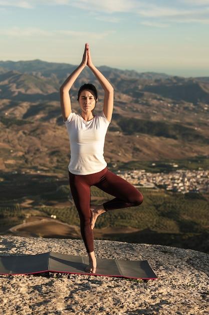 Женщина практикующих позу йоги с балансом Бесплатные Фотографии