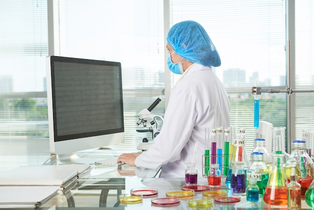 Female researcher working at modern lab Free Photo