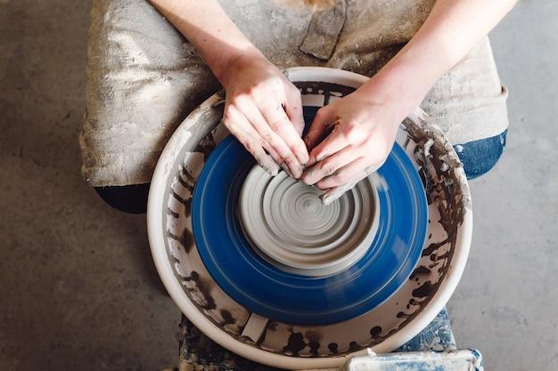 Женские руки практикуют керамическую керамику Бесплатные Фотографии