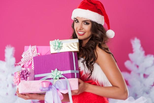 여성 산타 클로스 선물 포즈 무료 사진