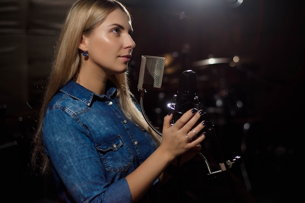 Female singer singing a song. woman performing in a recording studio Premium Photo