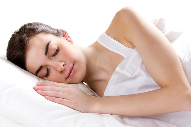 ベッドの中で女性の睡眠 無料写真