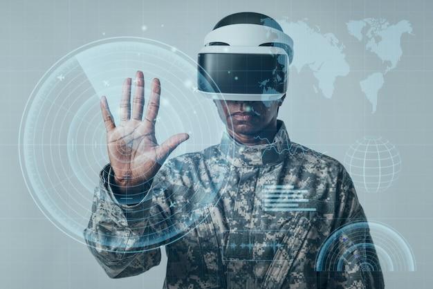 미래 가상 화면 군대 기술을 사용하는 여성 군인 무료 사진