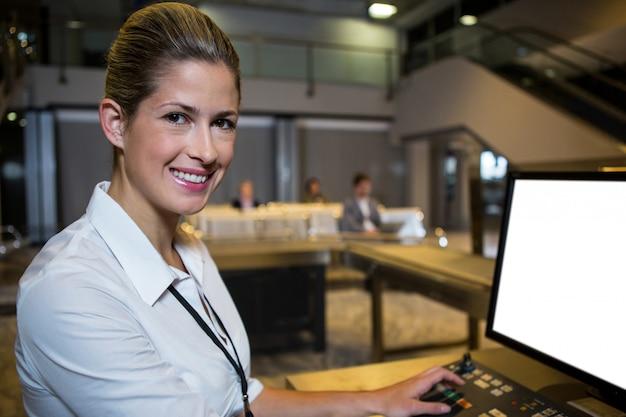 Женский персонал, работающий в терминале аэропорта Бесплатные Фотографии