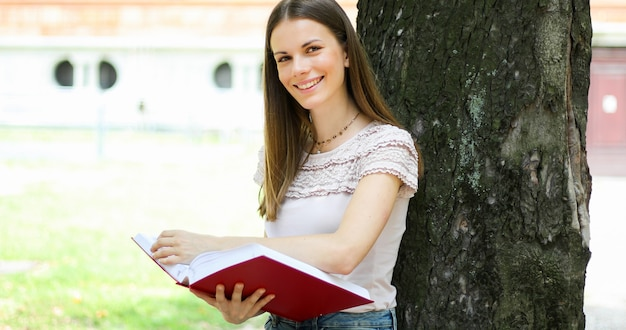 Студентки читают книжку голенькими