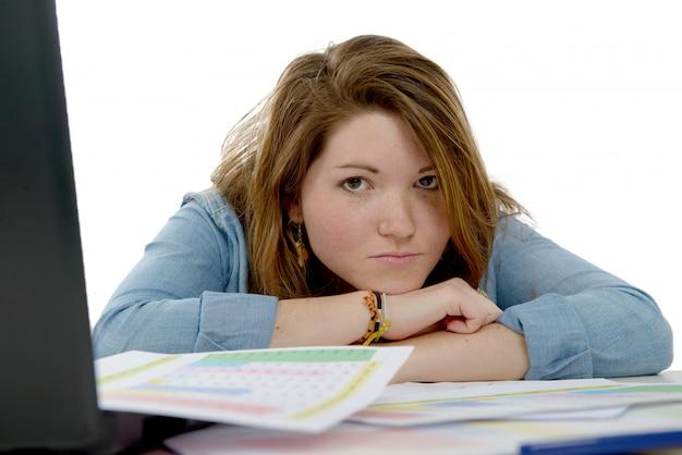 教室で疲れている女子学生 Premium写真