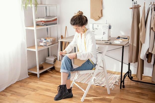 スタジオで働く女性の仕立て屋 無料写真