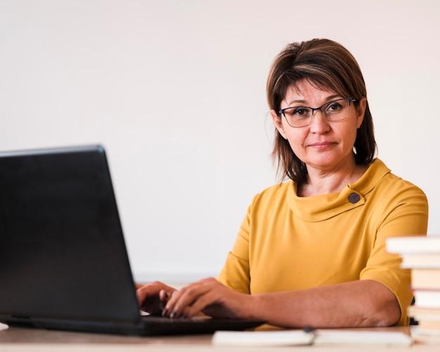 Insegnante femminile con il computer portatile Foto Gratuite