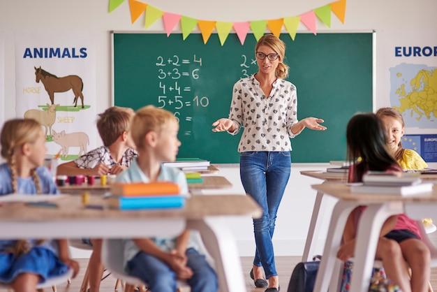 教室に生徒を持つ女教師 無料写真