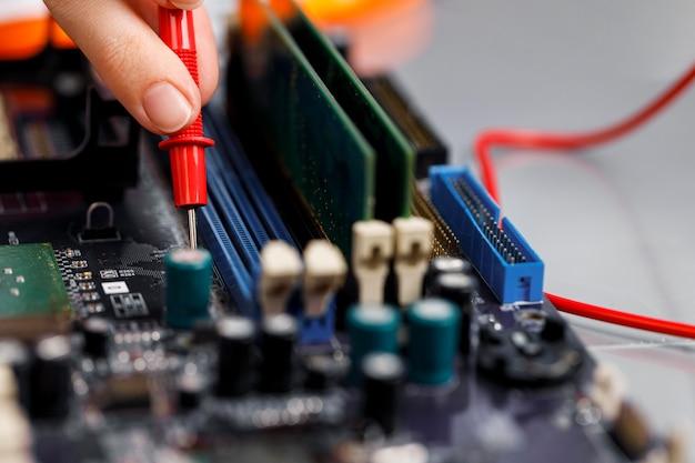 コンピューターのマザーボードを持つ女性技術者 無料写真