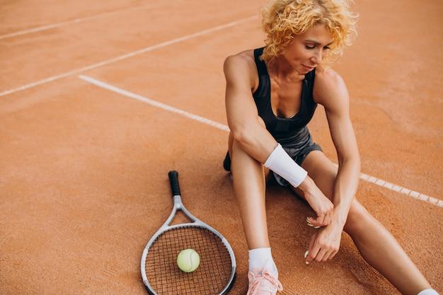テニスコートでの女性のテニス選手 無料写真