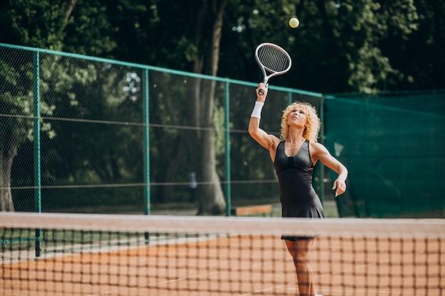 Tennis femminile al campo da tennis Foto Gratuite