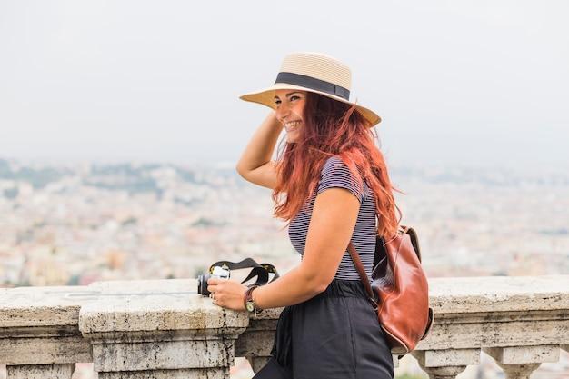 female tourist with camera on balcony 23 2147981883 - Seguro de Equipamentos Portáteis: a receita para não ter prejuízo