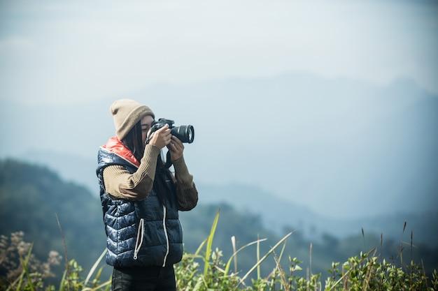 女性観光客が写真を撮る 無料写真