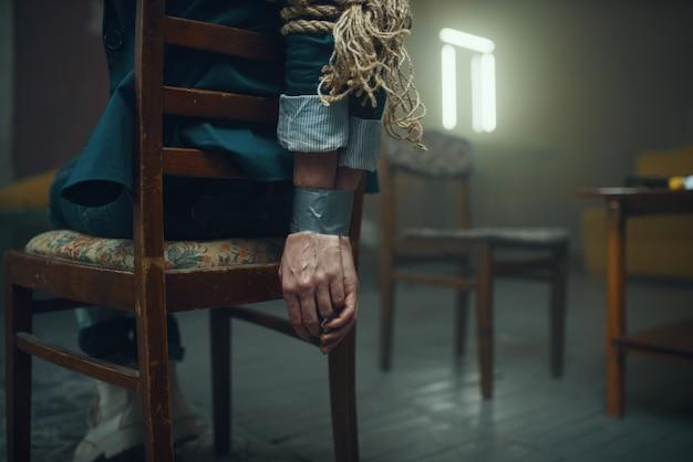 Женщина-жертва маньяка-похитителя с заклеенными скотчем руками Premium Фотографии