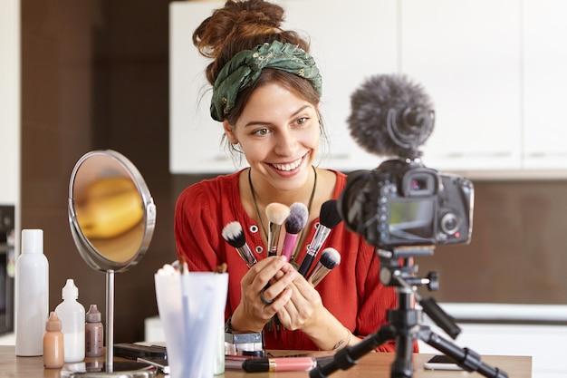 Женский видеоблогер снимает видео с макияжем Бесплатные Фотографии
