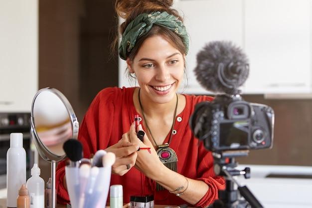 Vlogger femminile riprese video di trucco Foto Gratuite