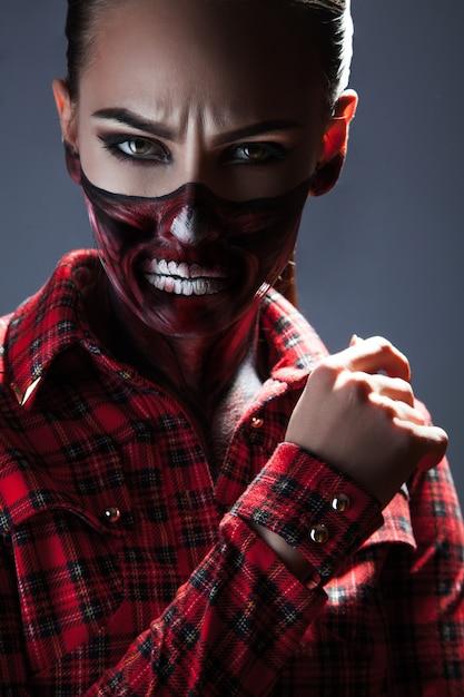 스튜디오에서 할로윈 밤에 무서운 메이크업을 가진 여성 프리미엄 사진