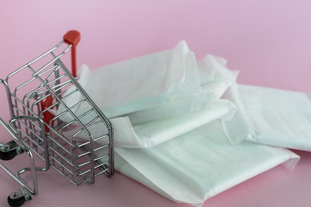 ピンクの背景に女性の生理用ナプキン Premium写真