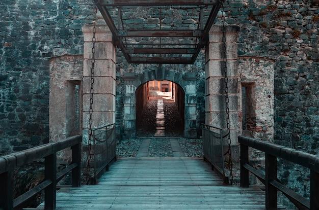 フェネストレルの砦の入り口、イタリア 無料写真