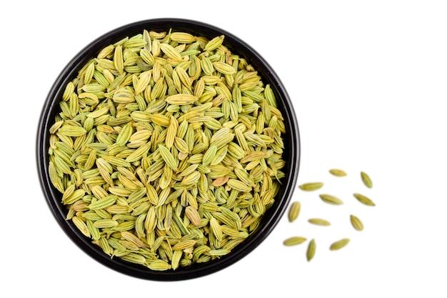 白い背景、上面図に分離されたフェンネルの種子。 Premium写真