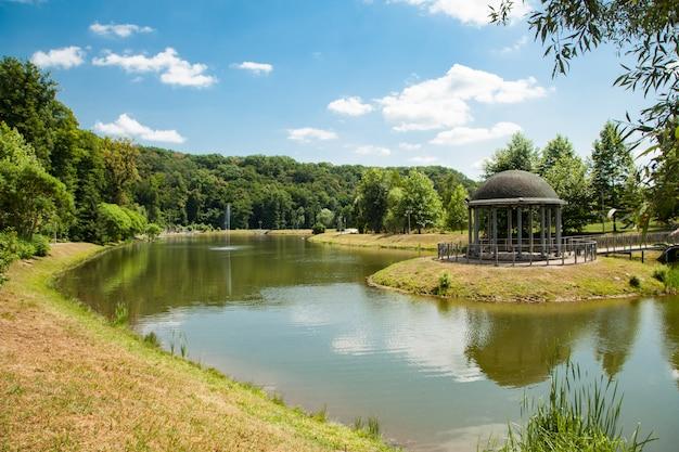 Feofaniaはキエフで最も若い庭園です。夏の晴れた日の池 Premium写真