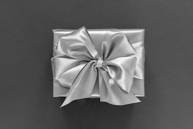 실버 선물 축제 배경, 실버 리본이 달린 선물 상자와 검은 색 바탕에 활, 평면 평신도, 평면도 프리미엄 사진