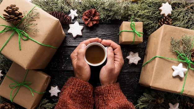 Композиция из праздничных рождественских подарков с чашкой горячего шоколада Premium Фотографии