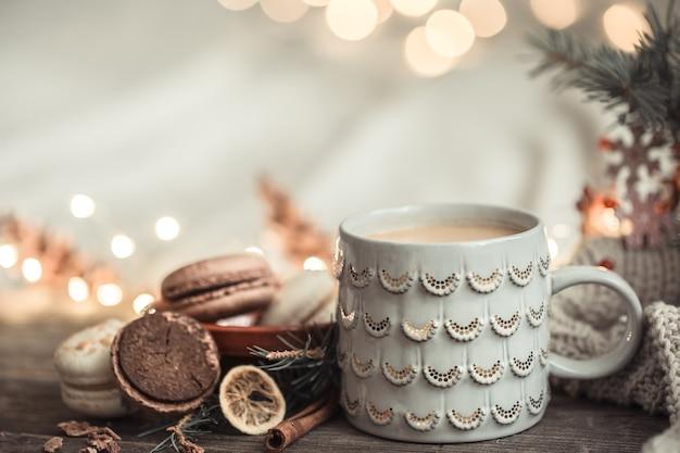 ライト付きの木製の表面にカップを備えたお祭りの構成 無料写真