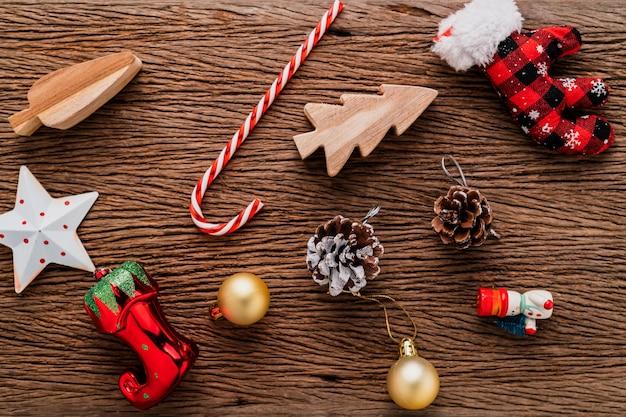 Праздничная креативная идея концепции top view украшения ёлочные подарки на фоне Premium Фотографии